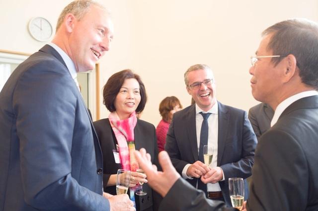 Lãnh đạo Vinamilk cùng ông Nguyễn Trường Thanh - Đại sứ đặc mệnh toàn quyền Việt Nam tại Vương quốc Đan Mạch đang trao đổi tại lễ ký kết.