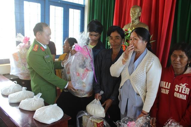 Ban giám thị trại giam tổ chức tặng quà cho các gia đình khó khăn trên địa bàn huyện Đắk G'Long
