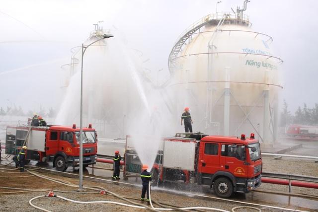 Bộ Công an phối hợp UBND tỉnh Quảng Ngãi diễn tập phòng cháy chữa cháy ở khu bồn chứa dầu mỏ ở Dung Quất