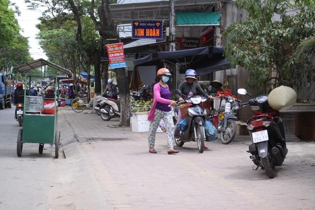 Đường Nguyễn Thụy được tận dụng tối đa để họp chợ.