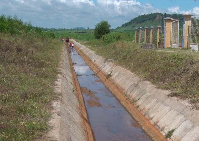 Hồ mới chỉ đầu tư được hệ thống kênh chính nên việc tưới tiêu chỉ đạt 6% công năng.