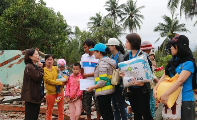 Nhân viên Novaland cùng Hội bảo trợ bệnh nhân nghèo tỉnh Quảng Nam thăm hỏi và tặng quà cho các hộ gia đình chịu thiệt hại nặng nề từ cơn bão số 12 tại tỉnh Quảng Nam