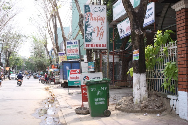 Biển quảng cáo, chợ cóc trên tuyến đường Trần Hưng Đạo.