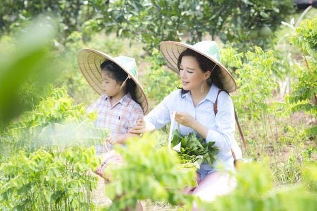 Bé Daisy cùng mẹ Minh Trang tham gia chuyến đi tìm hiểu thiên nhiên.