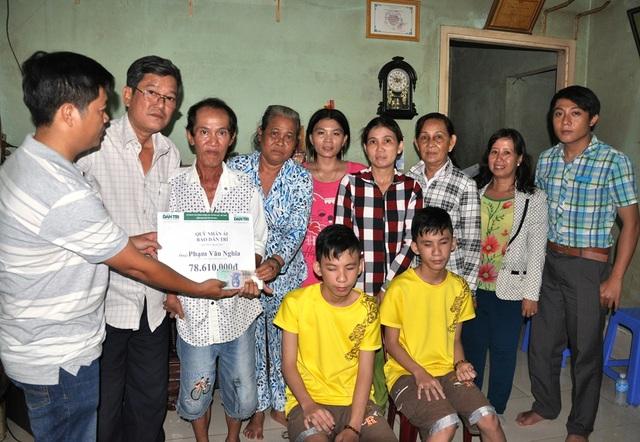 Đại diện bạn đọc, PV Dân trí trao tới gia đình anh Phạm Văn Nghĩa số tiền 78.610.000 đồng