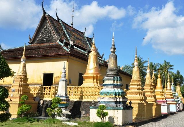 Chùa của đồng bào Khmer đều mang phong cách kiến trúc đặc biệt.