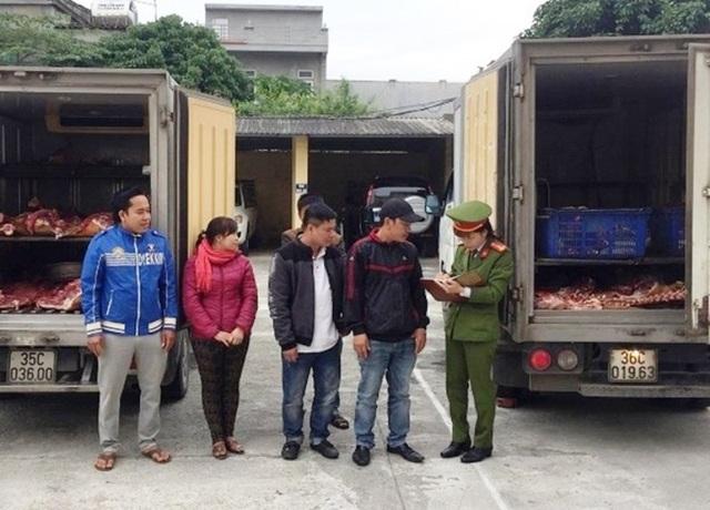 Gần 1 tấn thịt bò trôi nổi cùng các lái xe bị Cảnh sát môi trường Ninh Bình bắt giữ.