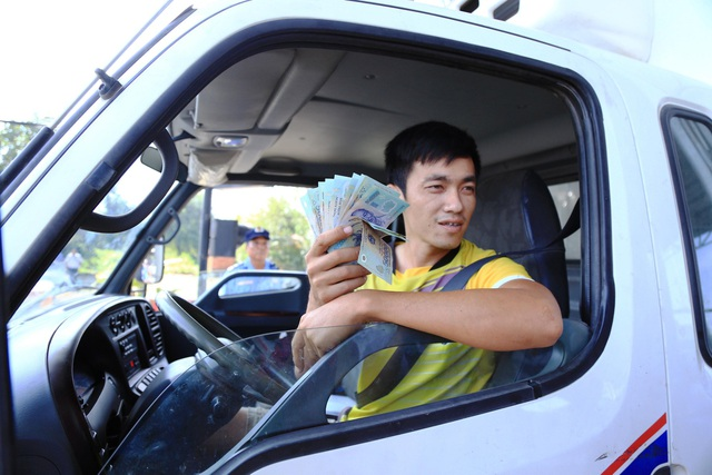 Ngoài chiêu dùng tiền lẻ, các tài xế còn dùng tiền mệnh giá lớn để trả phí.