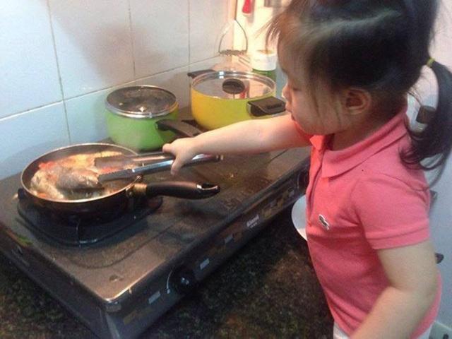 Bé Daisy phụ giúp mẹ khi vào bếp.