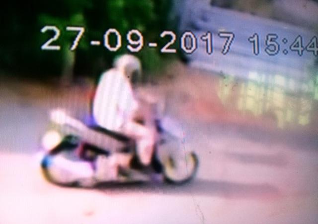 Hình ảnh nghi phạm chạy trên đường vào chiều tối ngày 27/9 được camera người dân xã Tân Lộc ghi lại
