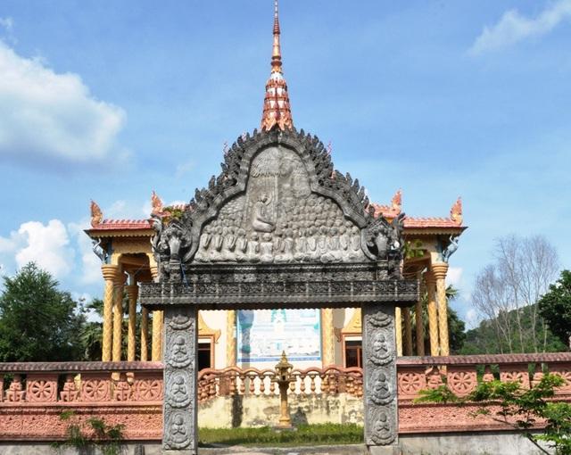 Cổng chùa mang màu sắc văn hóa của đồng bào Khmer.