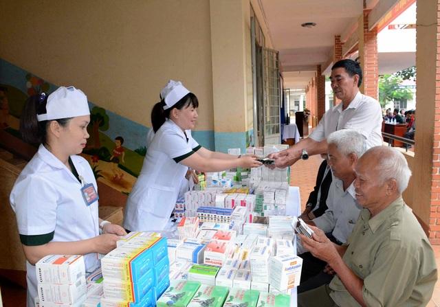 Thăm, khám và cấp thuốc miễn phí cho các gia đình chính sách và người có công