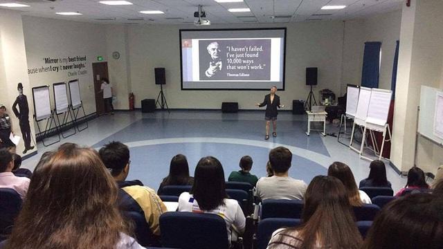 GS Trương Nguyện Thành mặc quần soóc trong buổi dạy sinh viên phát triển tư duy sáng tạo trong ngày 22/4 (ảnh facebook)