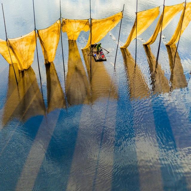 """Bức hình đạt giải thưởng ảnh của năm thuộc về tác phẩm """"Người ngư dân bên lưới đánh cá"""" của tác gia Ge Zheng, chụp tại một địa điểm thuộc tỉnh Phúc Kiến, Trung Quốc."""