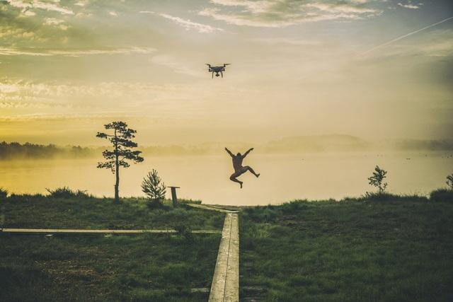 """Giải nhất tại hạng mục """"Drone đang sử dụng"""" với tác phẩm """"Buổi sáng vui vẻ"""" của tác giả Roman Neimann."""