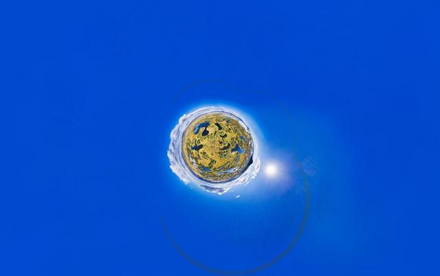 """Giải nhì tại hạng mục """"Hình 360 độ"""" với tác phẩm """"Những hồ nước giấu kín trong 360 độ"""" của tác giả Paul Oostveen."""