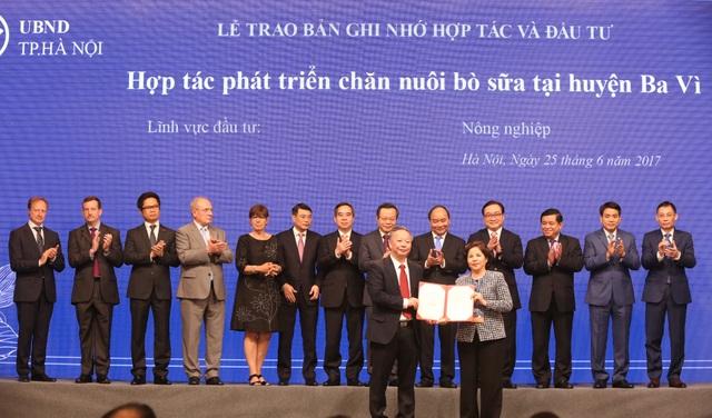 Đại diện lãnh đạo thành phố Hà Nội và bà Mai Kiều Liên – Tổng giám đốc Vinamilk ký kết bản ghi nhớ hợp tác đầu tư phát triển chăn nuôi bò sữa công nghệ cao tại Hà Nội.