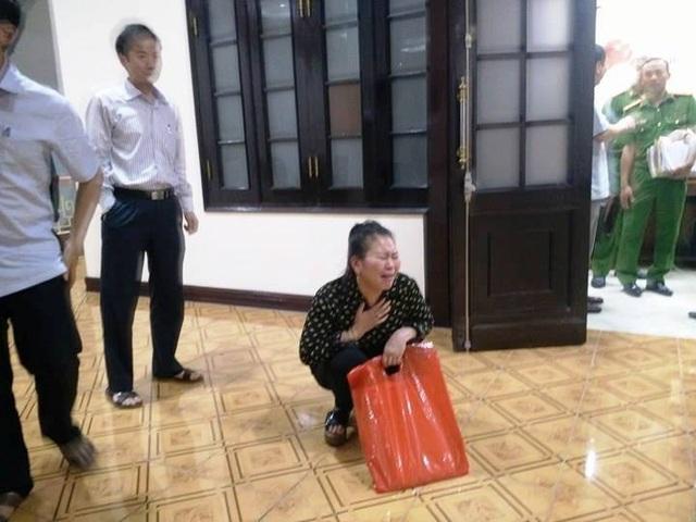 Bà Nguyễn Thị Kỳ (vợ ông Chung) khóc uất nghẹn sau khi Chủ tịch UBND tỉnh Thanh Hóa kết luận vụ việc bất lợi cho gia đình, đẩy gia đình ông bà ra tòa tìm công lý.