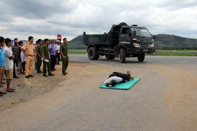 CQĐT, VKSND huyện Kỳ Anh cho dựng lại hiện trường vụ tai nạn để phục vụ công tác điều tra vụ án.
