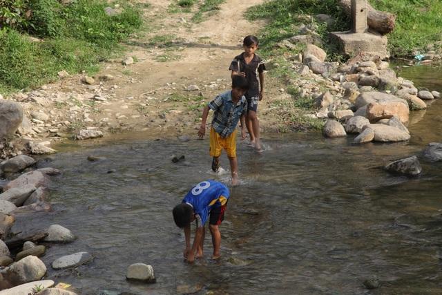 Thế nhưng vào mùa mưa thì con suối này đều bị chia cắt bởi dòng nước từ thượng nguồn đổ về.