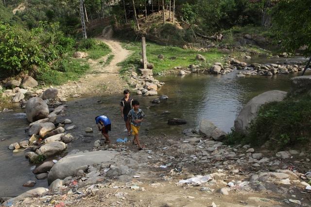 Phía bên con suối này, có hơn 100 học sinh của 3 bản hằng ngày vẫn phải qua suối để đi học.