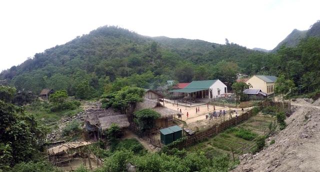Khu vực bán trú của Trường PTDTBT THCS xã Hữu Khuông - đây là ngôi trường duy nhất các em cấp THCS từ các bản làng ra học và ở tại đây. Thế nhưng về mua mưa thì các em khó qua suối để đến trường.