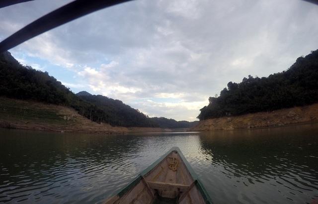 Đến với xã Hữu Khuông cách duy nhất là đi bằng thuyền mũi nhọn gần 2h đồng hồ.
