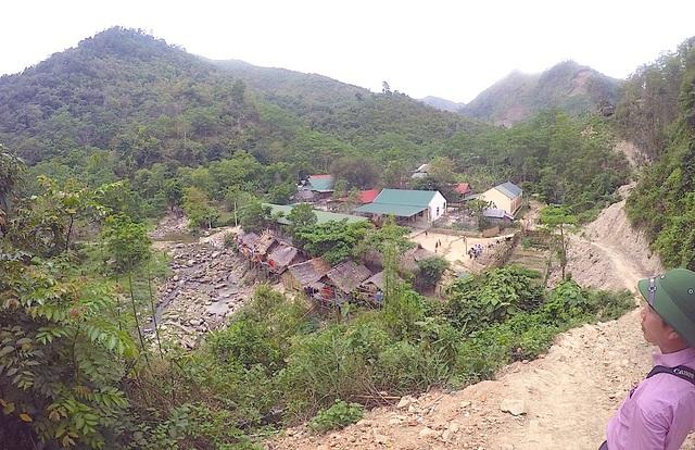 Dòng suối Chà Lạt nhìn từ trên núi cao xuống nó nằm sau khu vực nhà bán trú học sinh.