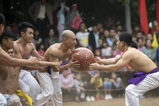 Pha trao cầu giữa hai thành viên cùng đội. Cũng như ở các cuộc chơi tập thể khác, tinh thần đồng đội rất quan trọng trong trò vật cầu.