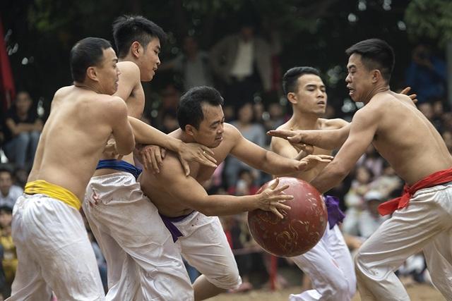 Hội vật cầu được tổ chức tại đình Thuý Lĩnh. Tham gia trò chơi là các thanh niên trai tráng, vừa có sức khoẻ, vừa mưu trí và tinh thần đồng đội.