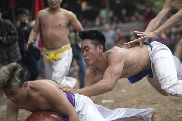 Trong quá trình chơi, người chơi chỉ giành giật, truy cản nhưng tuyệt đối không được vật người hay gây thương tích.