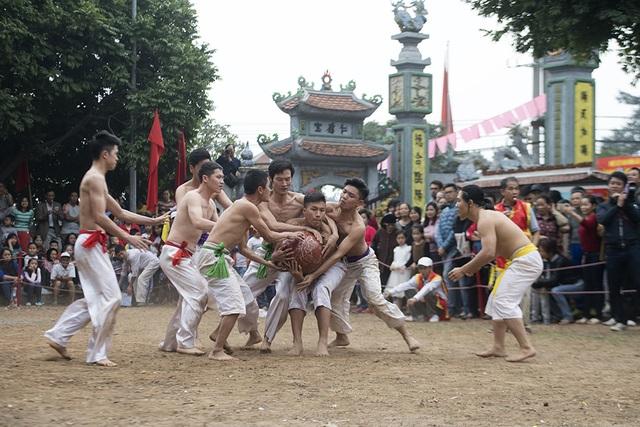 Vào những ngày đầu xuân năm mới, người dân Thuý Lĩnh lại tổ chức lễ hội vật cầu dựa theo tương truyền về trò chơi rèn luyện sức khoẻ binh sĩ có từ thời vua Lý Thánh Tông cách đây gần 1.000 năm.