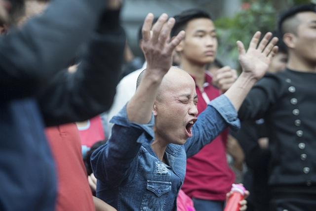 Sự phấn khích của khán giả sau một pha vật cầu hay trong sân.