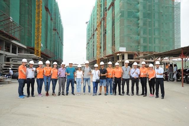 Khách hàng được chia thành những nhóm nhỏ, trang bị mũ bảo hộ để đảm bảo an toàn khi vào tham quan trong công trình.