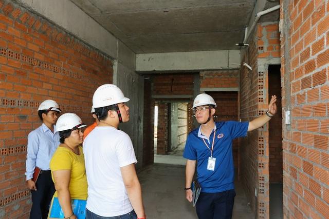 Khách hàng được trực tiếp giám sát chất lượng xây dựng và tiến độ thi công tại căn hộ thực tế trong công trình Him Lam Phú An