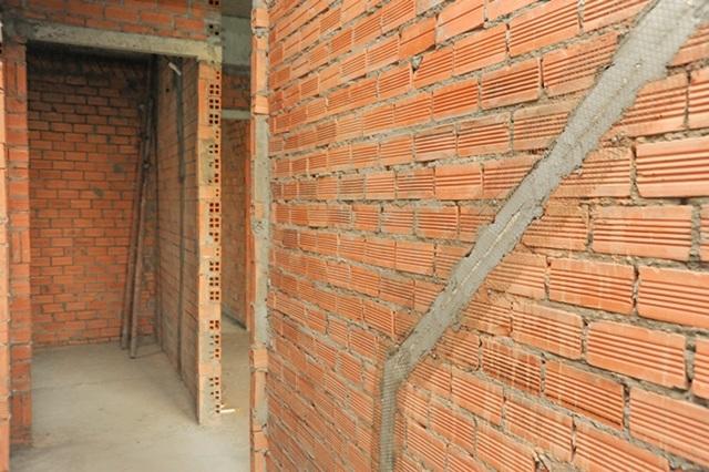 Chỉn chu trong từng chi tiết, hệ thống đường điện âm tường tại mỗi căn hộ của Him Lam Phú An, sau khi trám bít lại, được đóng một lớp lưới, để đảm bảo về kỹ thuật, tránh hiện tượng nứt khi tô.