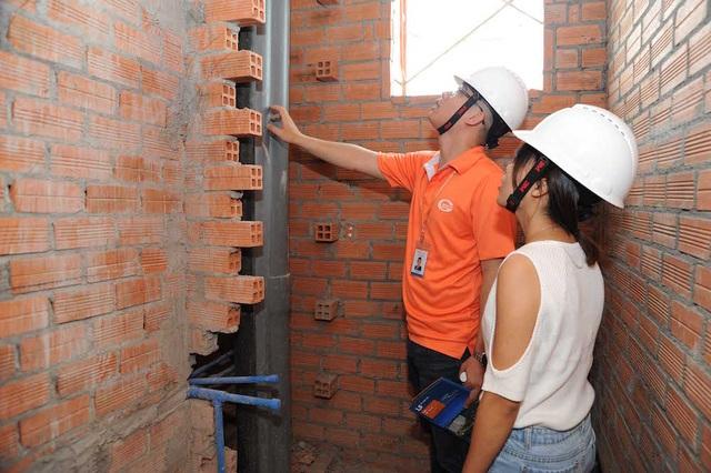 Nhân viên giải thích về kích thước, công dụng của hệ thống ống dẫn trong khu vực nhà vệ sinh cho khách hàng