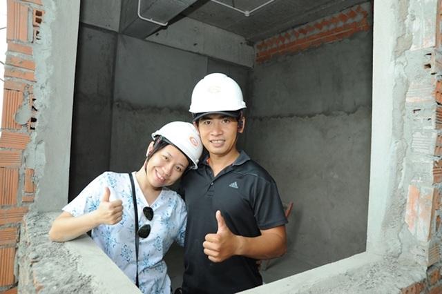 """Cơ hội """"mục sở thị"""" quá trình hoàn thiện """"tổ ấm"""" trong tương lai đã khiến vợ chồng anh Minh Trí và chị Ngân Giang thật sự hài lòng và an tâm"""
