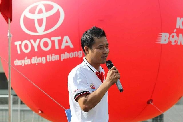 """Chương trình truyền hình """"Khi trái bóng lăn"""" có sự tham gia của 3 diễn viên chính: Cựu danh thủ Nguyễn Hồng Sơn, MC Tú Linh và diễn viên trẻ Diệu Nhi cùng nhiều diễn viên khách mời nổi tiếng."""