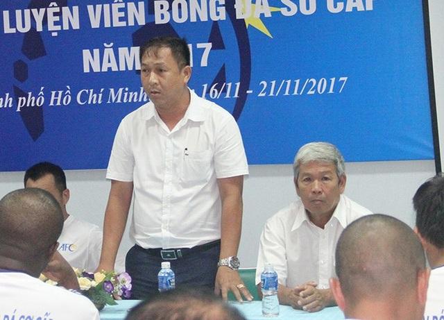 Cựu HLV Đoàn Minh Xương (phải) nhận định cần cho HLV Park Hang Seo thêm thời gian (ảnh: Trọng Vũ)