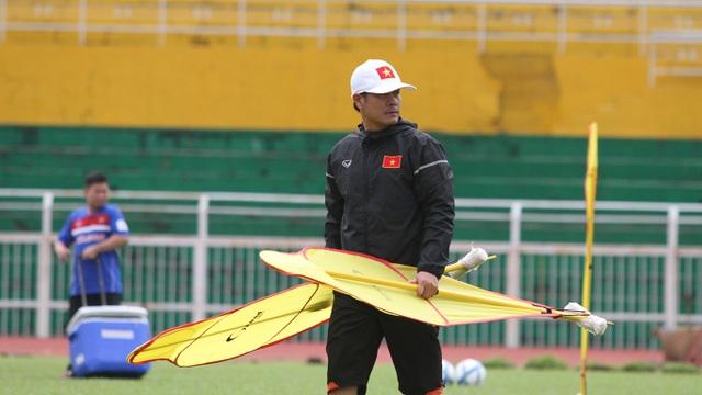 HLV Nguyễn Hữu Thắng thiếu quân để ráp đội hình, nhưng cầu thủ vẫn cần phải thực hiện nhiệm vụ với CLB, vì CLB là nơi trả lương cho cầu thủ (ảnh: Trọng Vũ)