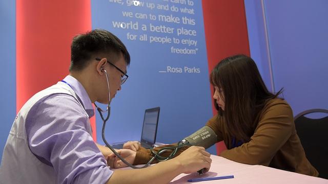 Nhân viên y tế kiểm tra huyết áp cho một bạn trẻ trước khi hiến máu