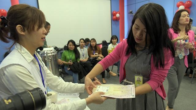 Mọi người được các nhân viên y tế hướng dẫn tận tình trước khi hiến máu
