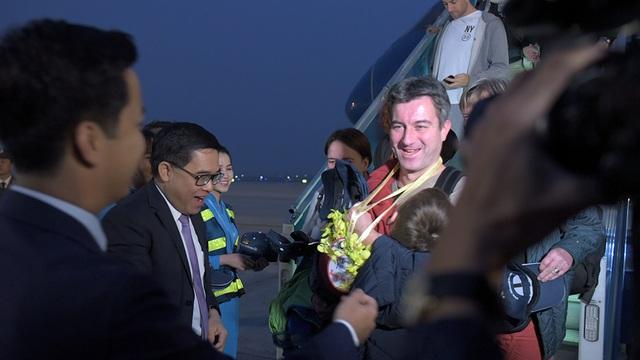 Ông Nguyễn Thiện Nhân chào đón vị khách quốc tế đầu tiên đến Thủ đô năm 2017 - 10