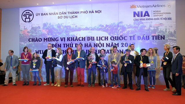 Ông Nguyễn Thiện Nhân chào đón vị khách quốc tế đầu tiên đến Thủ đô năm 2017 - 17