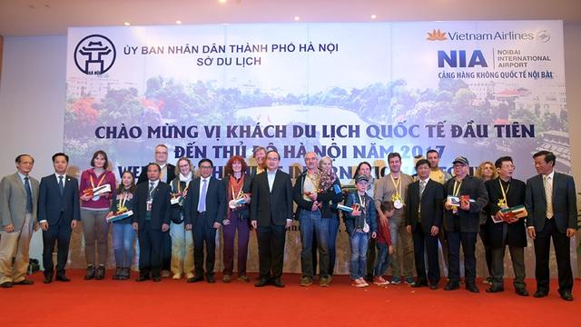 Ủy viên Bộ Chính trị, Chủ tịch Ủy ban Trung ương Mặt trận Tổ quốc Việt Nam Nguyễn Thiện Nhân chúc mừng đoàn khách du lịch quốc tế đầu tiên đến Hà Nội năm 2017.