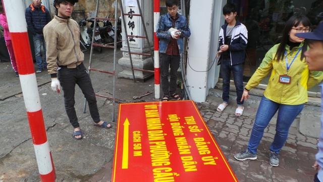 Biển báo chỉ dẫn vào UBND phường Cầu Dền cũng bị tháo bỏ.
