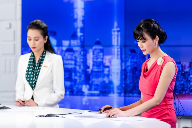 Hoa hậu Thu Thuỷ đẹp rực rỡ trong vai trò MC Thời sự - 2