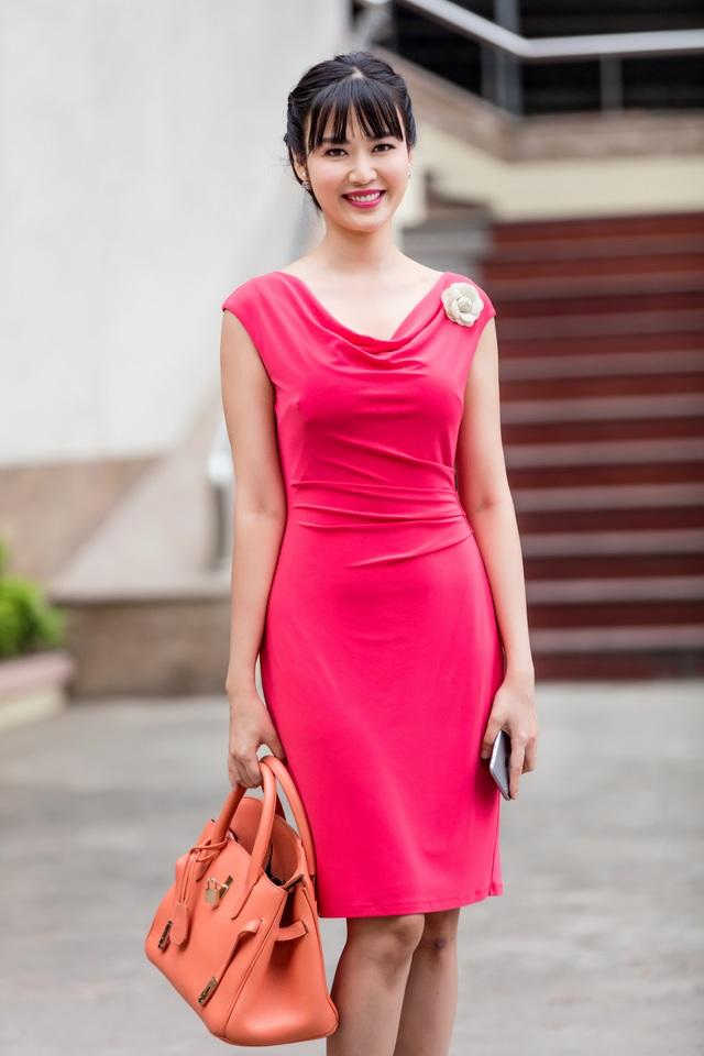 Hoa hậu Việt Nam 1994 diện bộ cánh màu hồng đầy trẻ trung đến dẫn bản tin.