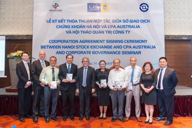"""Ông Mark Chau – Giám đốc Khu vực của CPA Australia trao tặng ấn phẩm """"Những bài học thực tế từ Quản trị công ty"""" cho lãnh đạo các tổ chức nghề nghiệp, Ủy ban Chứng khoán Nhà nước và Sở Giao dịch Chứng khoán Hà Nội."""
